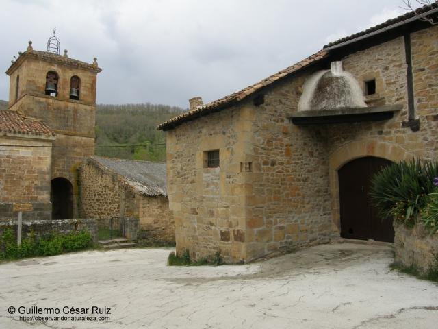 Iglesia de Santa Eugenia y casa tradicional con horno para el pan en Reocín de los Molinos