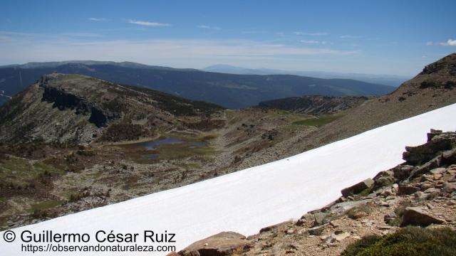 Laguna Larga y Risco Zurraquín desde Collado Urbión
