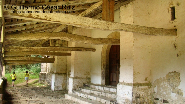 Patio y pórtico Ermita de Santu Medé, Pimiangu, Ribedeva