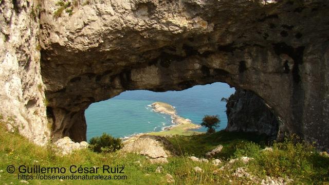 Otra vista del Cabo Cebollero o Punta de Sonabia desde el Ojo Pequeño de los Arcos de Llanegro u Ojos del Diablo