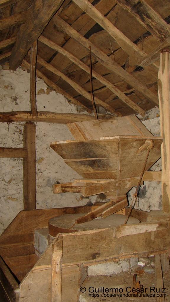 Piezas, tolva y piedra molendera del Molín d'Abaxo, Cascadas de Oneta, Villayón