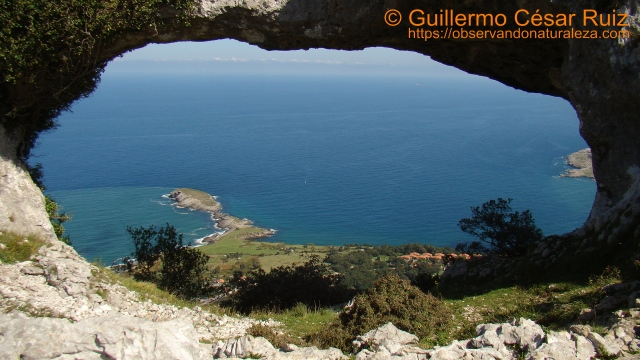 Cabo Cebollero o Punta de Sonabia visto desde el Ojo Grande de los Arcos de Llanegro-Ojos del Diablo