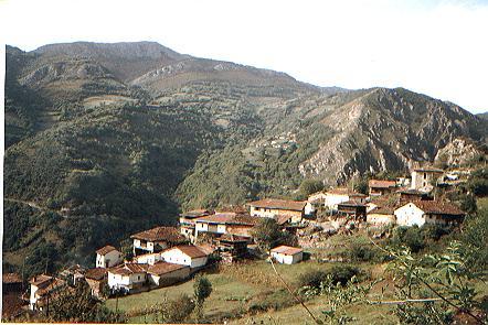 Vistas a la Xerra Peña Gradura y Picu El Oviu desd Santa María